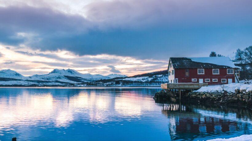 Hình ảnh phong cảnh đẹp mùa đông hồ nước và núi băng