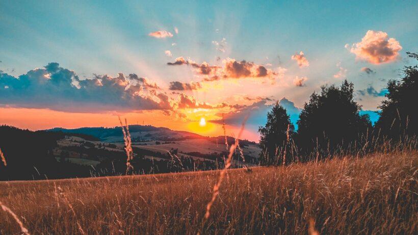 phong cảnh đẹp như tranh vẽ vào buổi chiều tại vùng đồi núi