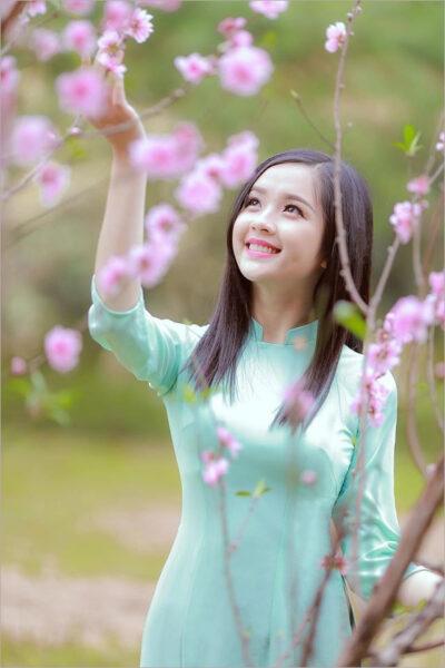 Ảnh nền girl xinh và hoa mùa xuân