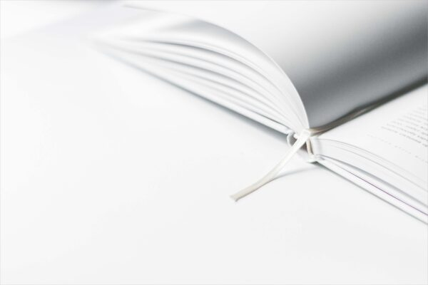 background màu trắng và quyển sách đang mở
