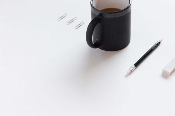background trắng bút chì và cốc cà phê
