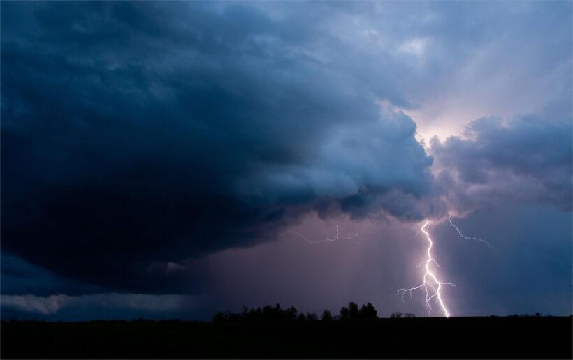 hình ảnh cột sét khi mưa giông