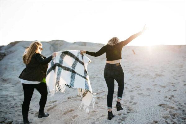 hình ảnh hai cô gái cùng đi đón ánh nắng trên đồi ven biển