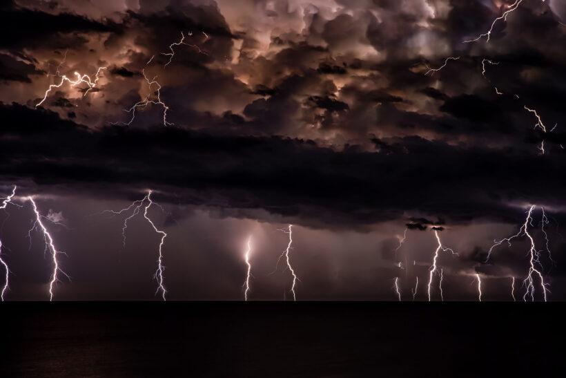 hình ảnh nhiều cột sét đánh xuống biển khi mưa giông