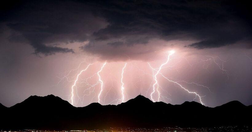 hình ảnh những cột sét đánh xuống khi trời mưa bão