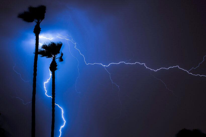 hình ảnh sét đánh trên trời đêm