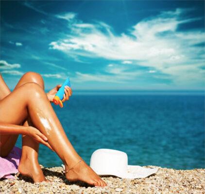 hình ảnh trời nắng xoa kem dưỡng da bên bãi biển đẹp