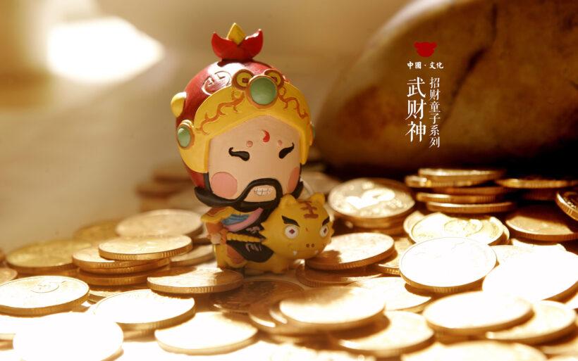 hình ảnh tượng thần tài đứng trên đống tiền vàng