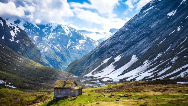 hình nền 4k ngôi giữa khung cảnh núi hùng vỹ