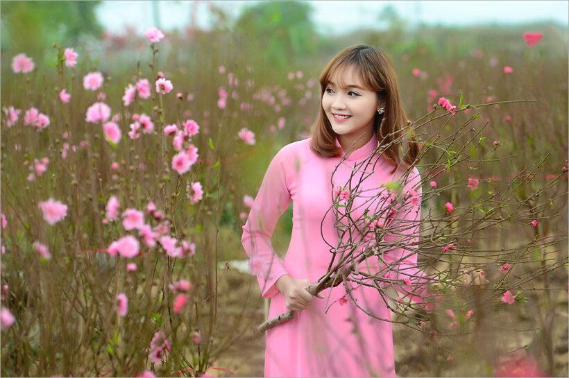 hình nền girl xinh và hoa đào mùa xuân