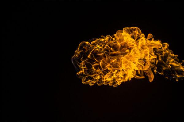 background đám lửa thổi vào không gian tối