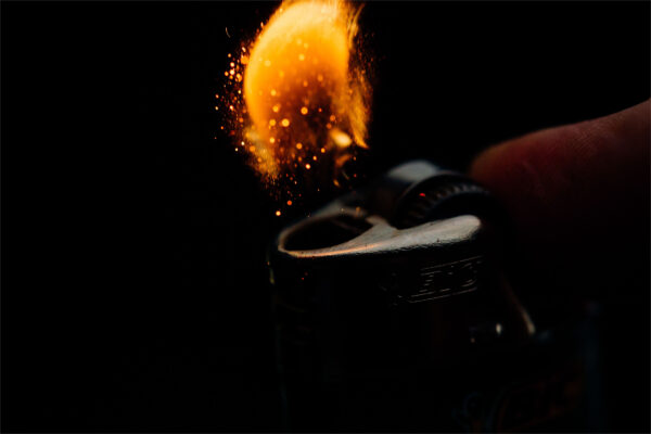 background lửa bùng lên từ đèn bật