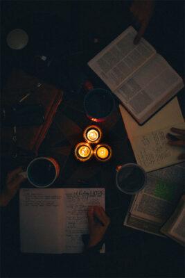background lửa nến và viết nhật ký