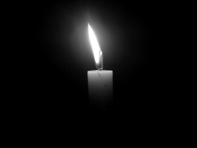 Hình ảnh ngọn nến trong đêm đen