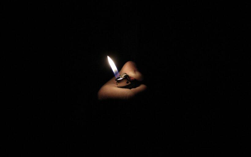 Hình nền đen Bật lửa trong đêm
