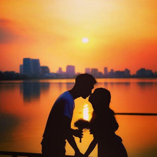 Hình ảnh đôi tình nhân dưới hoàng hôn