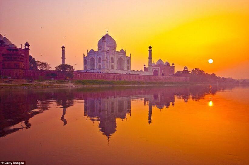 Hình ảnh hoàng hôn buông xuống ngôi đền Taj Mahal, Ấn Độ
