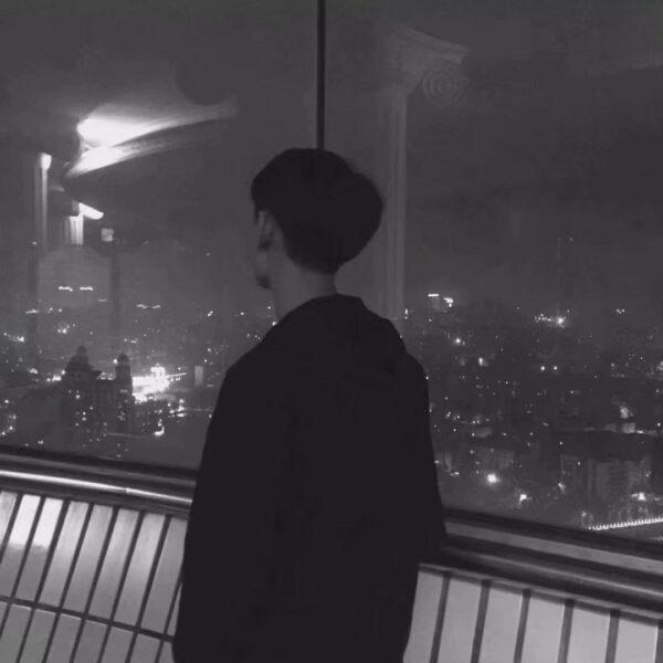 Ảnh avatar cặp đen khi người con trai đứng ngắm thành phố nhớ người yêu