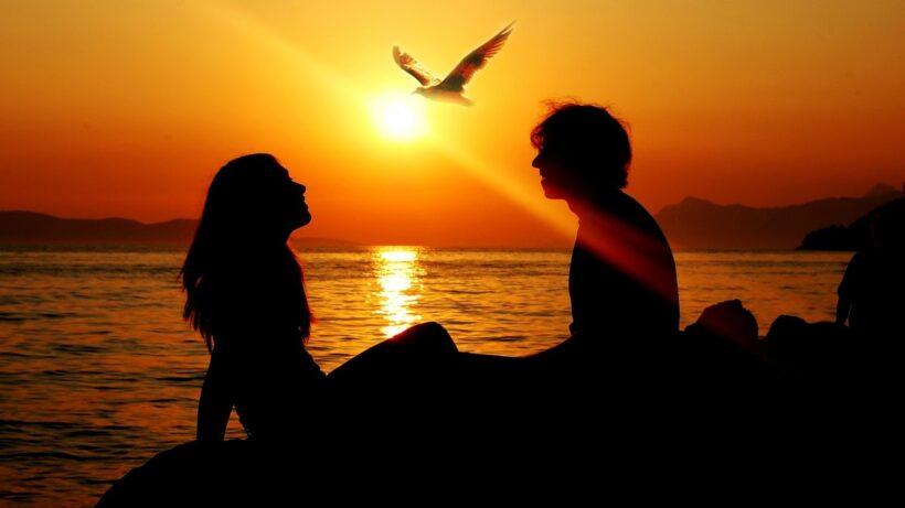 Ảnh avatar cặp đen người thật ngồi trên bờ biển đẹp