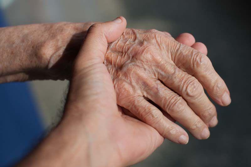 cái nắm tay trao gửi yêu thương tới người cao tuổi
