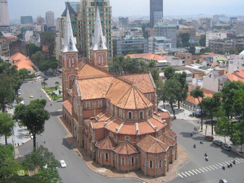 Góc nhìn phía sau Nhà thờ Đức Bà Sài Gòn