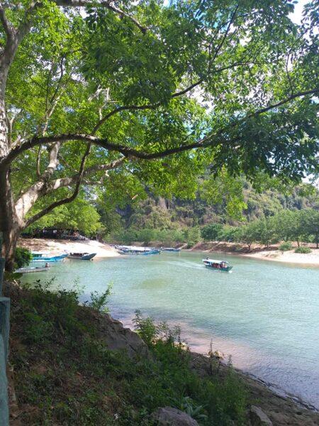 hình ảnh bãi đậu thuyền vào động Phong Nha