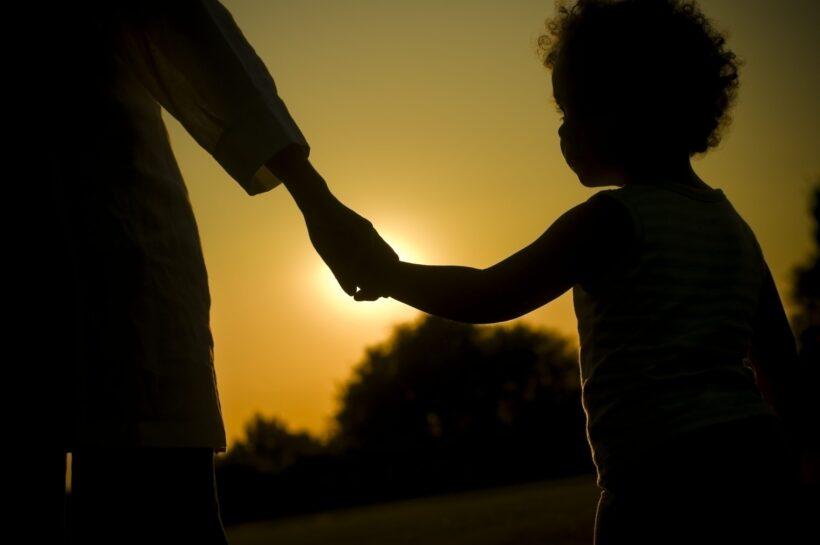 hình ảnh bắt tay dìu dắt cha dành cho con