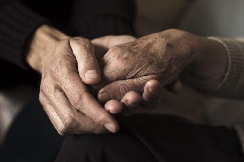 hình ảnh bắt tay yêu thương với người già cao tuổi