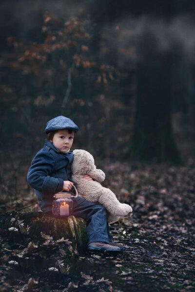 hình ảnh bé trai ôm gấu bông