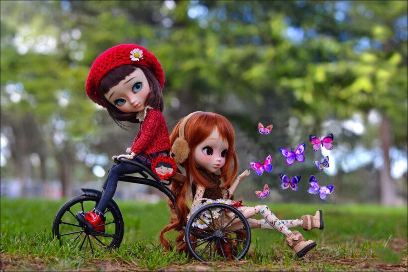 Hình ảnh búp bê dễ thương đi xe đạp