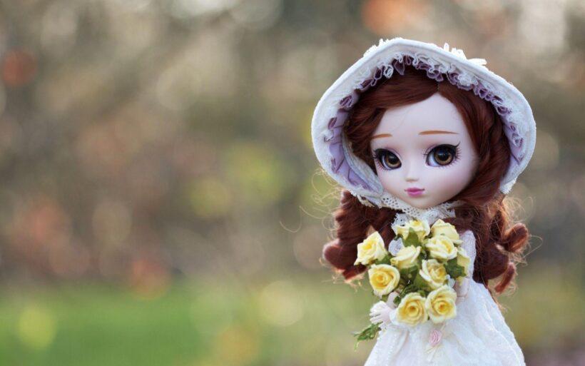 Hình ảnh búp bê dễ thương ôm bó hoa