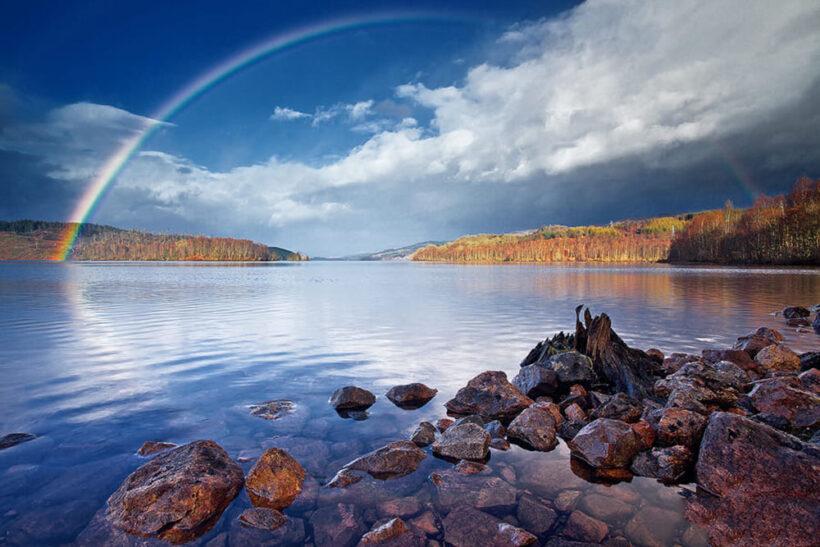 hình ảnh cầu vồng bên bờ hồ