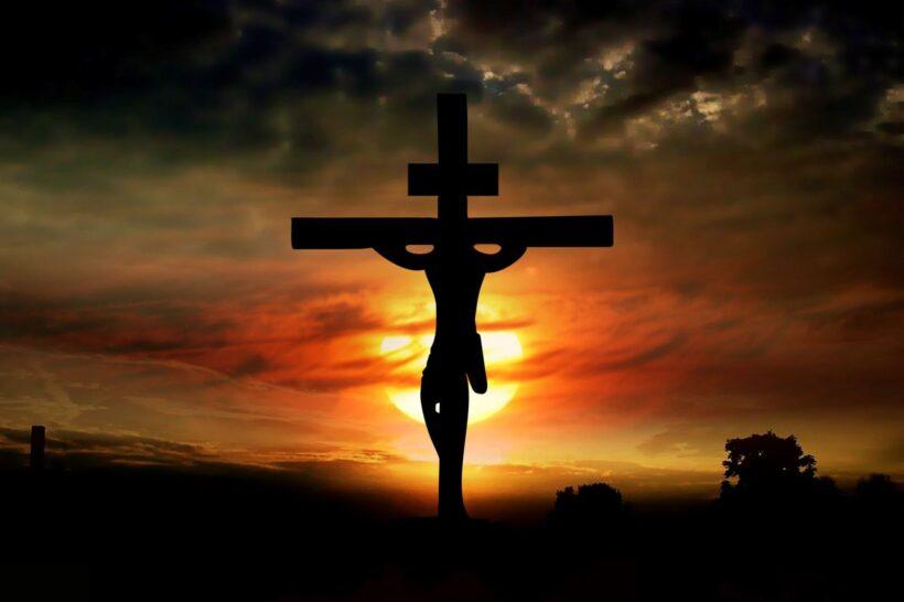 Hình ảnh chúa bị đóng đinh trên cây thánh giá lúc hoàng hôn