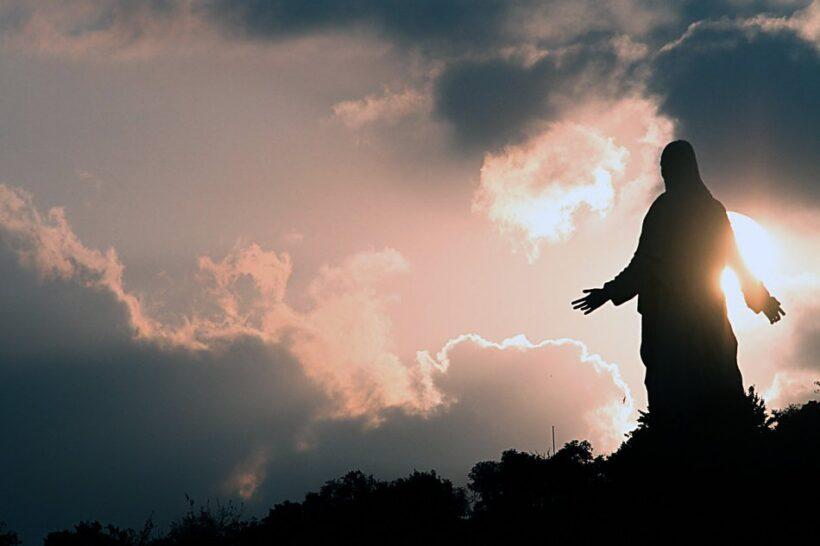 Hình ảnh chúa Giesu hiện thế giữa rừng núi