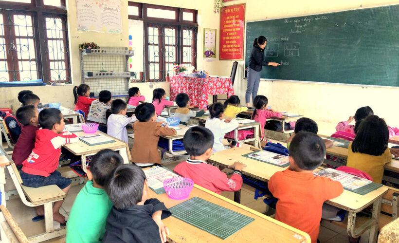 hình ảnh cô giáo đang giảng bài cho học sinh