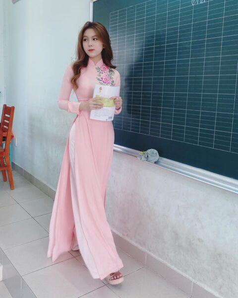 hình ảnh cô giáo mặc giáo dài đẹp. thướt tha