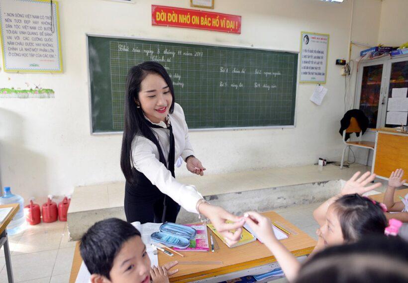 hình ảnh cô giáo và học sinh đang mời lên bảng