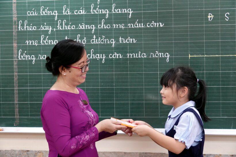 hình ảnh cô giáo và học sinh mời lên bảng làm bài