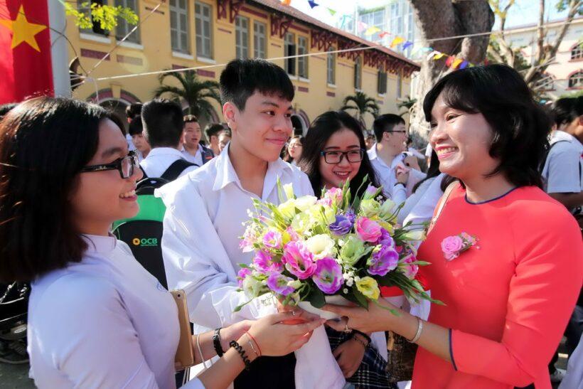 hình ảnh cô giáo và học sinh tặng hoa trong ngày nhà giáo