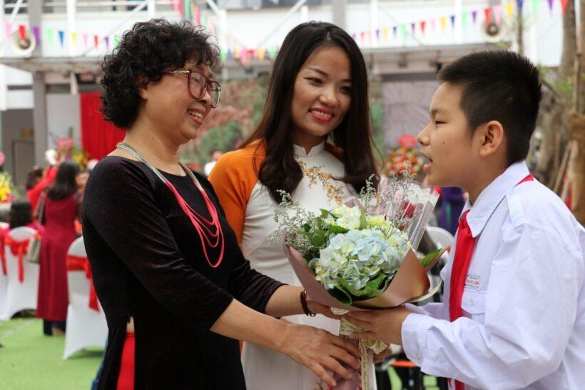 hình ảnh cô giáo và học sinh tặng hoa trong niềm hạnh phúc