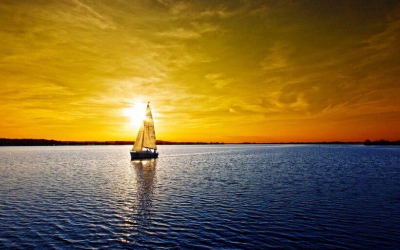 Hình ảnh con thuyền buồm trên biển đẹp cho máy tính