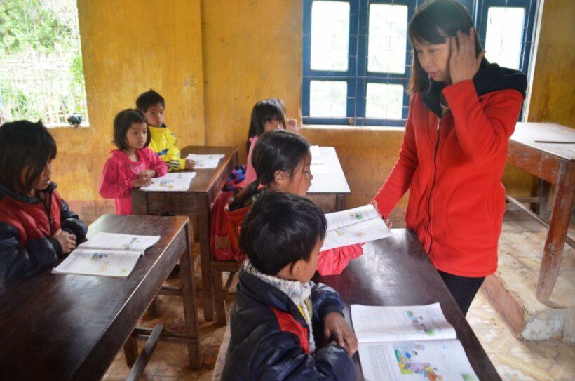hình ảnh đẹp về cô giáo chỉ bài cho học sinh