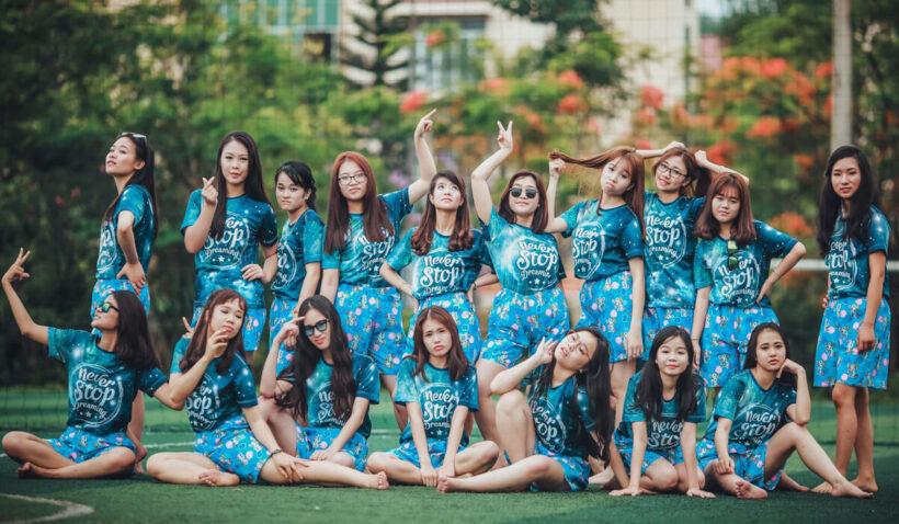 hình ảnh đồng phục nhóm bạn thân cực đẹp đi picnic