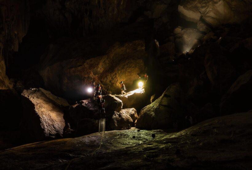hình ảnh đường mòn trong hang tối động Phong Nha