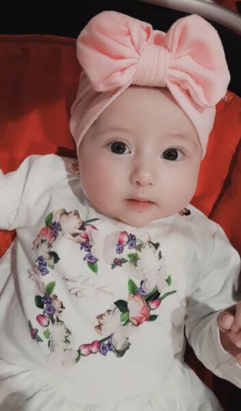 hình ảnh em bé dễ thương đang ngơ nhác