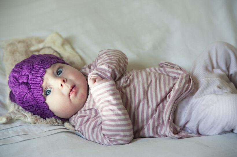 hình ảnh em bé gái dễ thương với biểu cảm đáng yêu