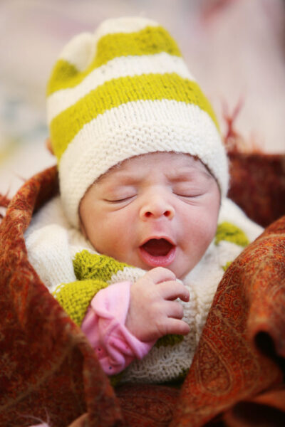 hình ảnh em bé sơ sinh dễ thương có biểu cảm đáng yêu