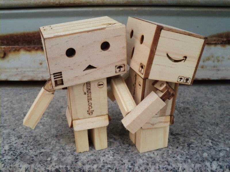 Hình ảnh hai người gỗ thơm nhau