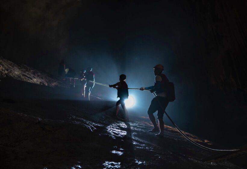 hình ảnh leo dốc đá trong hang động Phong Nha Kẻ Bàng