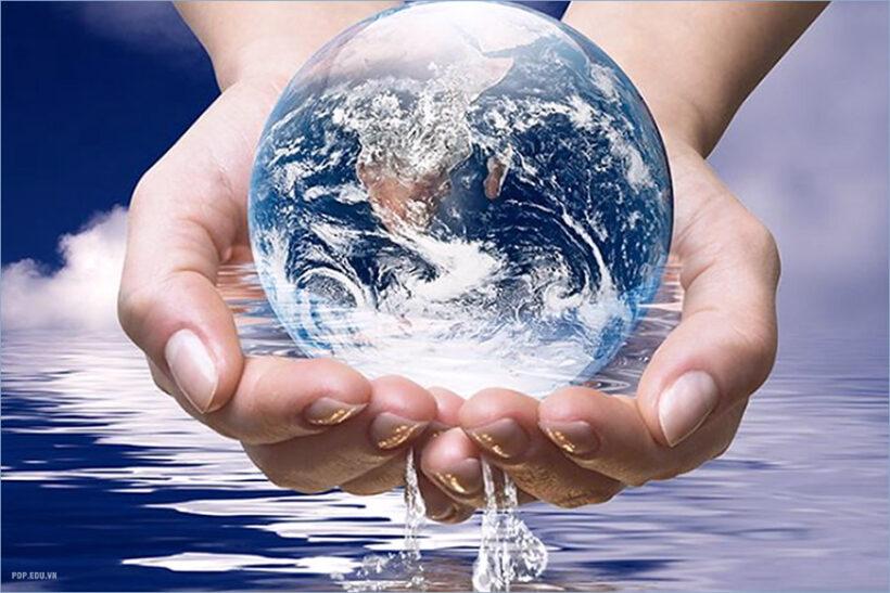hình ảnh nâng niu quả cầu nước trái đất